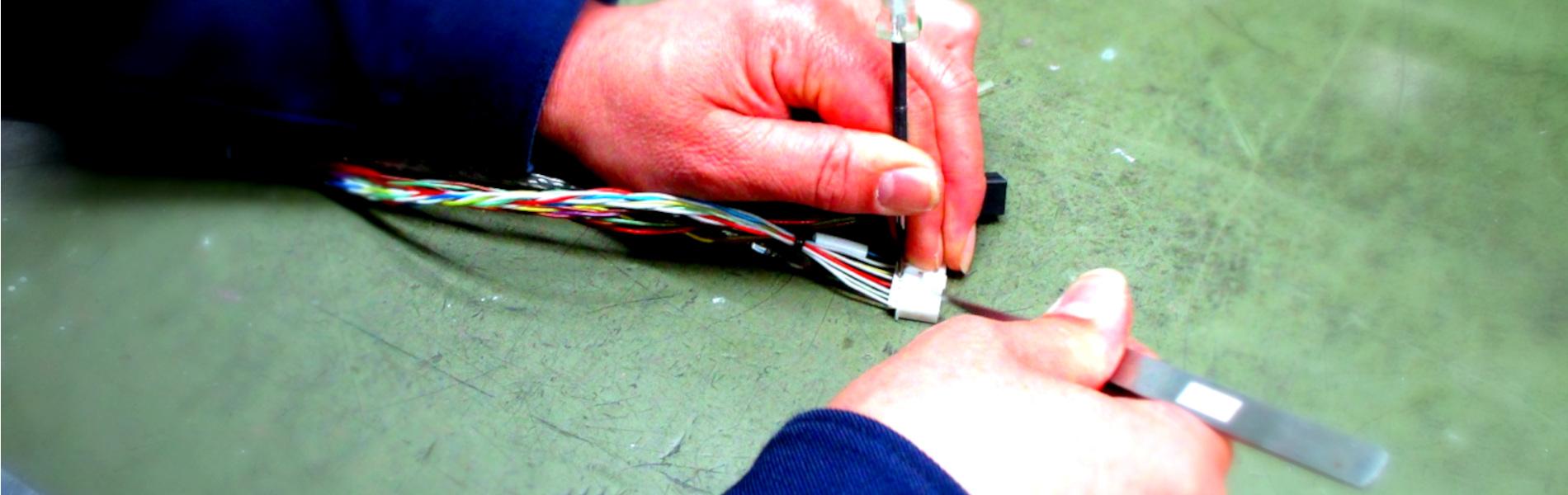 ケーブル加工作業の手元画像
